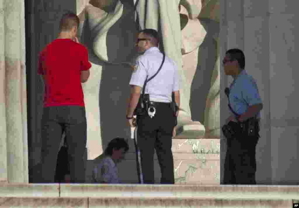 El aparente vandalismo fue descubierto hacia la 1:30 de la madrugada del viernes en la estatua, el pedestal y el suelo. No fueron pintadas palabras, letras o símbolos.