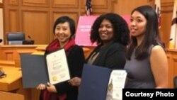 Hediana Utarti (kiri) saat menerima penghargaan anti perdagangan manusia di San Francisco (dok: Hediana Utarti)