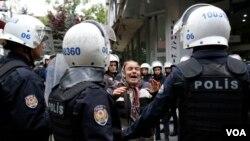 (ARŞİV) Ankara'da OHAL kapsamında kamu görevlerinden ihraç edilen ve açlık grevi yapan eğitimciler Nuriye Gülmen ve Semih Özakça'nın tutuklanmasını protesto gösterisinde bir kadın polisle tartışırken