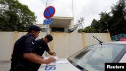 지난 7일 말레이시아 경찰이 쿠알라룸푸르 주재 북한대사관 앞을 지키고 있다.