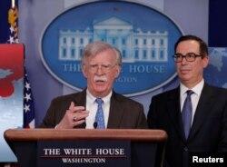 존 볼튼 미 백악관 국가안보회의(NSC) 보좌관이 28일 스티븐 므누신 미 재무장관이 지켜보는 가운데 베네수엘라 국영 석유기업인 '페트롤레오스 데 베네수엘라(PDVSA)'에 대한 제재를 단행한다고 발표했다.