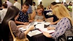 지난해 6월 미국 플로리다 주 마이애미레이크스에서 열린 취업 박람회에서 구직자들이 지원서를 작성하고 있다. (자료사진)