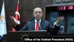 Le président turc Recep Tayyip Erdogan dirige sa première réunion du groupe parlementaire du Parti AK à Ankara, en Turquie, après les élections du 24 juin 2018