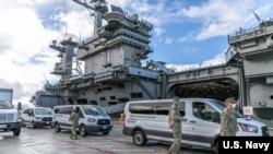 美國海軍將羅斯福號航母(USS Theodore Roosevelt)上的水兵接到關島岸上設施做隔離和身體檢查(美國海軍2020年4月3日)