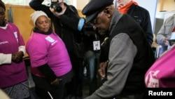 Archbishop Emeritus Desmond Tutu ya kada tashi kuri'a wurin zabe
