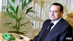 Mantan Presiden Mesir Hosni Mubarak dan keluarganya dilarang bepergian ke luar negeri.