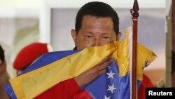El presidente Cháves celebrando la victoria desde el balcón del Palacio de Miraflores