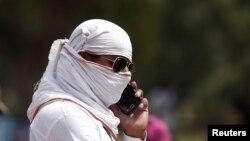 ایک شخص اپنی شناخت چھپا کر فون کال کر رہا ہے۔ فائل فوٹو