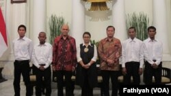 Empat pelaut Indonesia yang dibebaskan oleh perompak Somalia pada 22 Oktober berfoto bersama Menteri Luar Negeri Retno Marsudi di Kementerian Luar Negeri Jakarta, Senin (31/10). (VOA/Fathiyah Wardah)