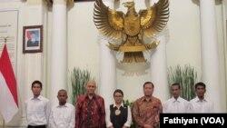 Empat pelaut Indonesia yang dibebaskan oleh perompak Somalia pada 22 Oktober lalu diserahkan kepada pihak keluarga. Proses serah terima dilakukan oleh Menteri Luar Negeri Retno Marsudi (tengah) di kantor Kementerian Luar Negeri Jakarta, Senin (31/10). (Fathiyah/VOA)