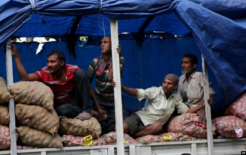 인도 뭄바이에서 노동자들이 국민 회의파의 선거 유세를 지켜보고 있다.