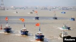 Các tàu cá khởi hành từ cảng Shenjiawan ở Chiết Giang hướng tới khu vực đánh cá ở biển Đông Trung Hoa.