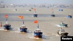 Tàu cá Trung Quốc đổ ra hoạt động ở khắp nơi trên trái đất, bị chỉ trích về việc đánh bắt quá độ và thường xuyên đối đầu với tàu bè nước khác tại những khu vực có tranh chấp như Biển Đông.