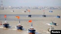 Kapal penangkap ikan bertolak dari pelabuhan Shenjiawan di Zhoushan, Zhejiang, China (17/9/2012). China dan Jepang terlibat dalam sengketa wilayah kepulauan Senkaku atau Diaoyu di Laut China Timur.