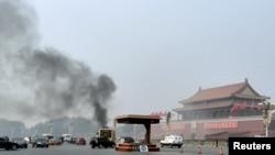 2013年10月28日一辆汽车冲进天安门一群游客并起火燃烧(资料照片)