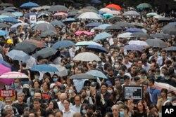 Ötən Bazar günü Honq Konqda yağmurlu hava olmasına baxmayaraq 1.7 milyon adam küçələrə çıxıb.
