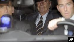 O ex-presidente Jacques Chirac,ao centro, deixando a sua residência (Foto de Arquivo, 6 de Setembro de 2011)