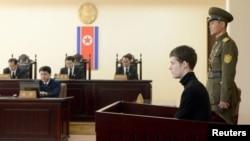 북한에 6개월째 억류돼 있는 미국인 매튜 토드 밀러(오른쪽)가 평양의 최고재판소에서 재판을 받고 있다. (자료사진)