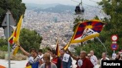 西藏僧侣和其他一些人2010年10月2日在西班牙举行示威(资料照片)