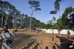 Ivorian refugees walk at a camp housing more than 2,600 people displaced by fighting in Western Ivory Coast, in Solo Town, near Zwedrou, Liberia, May 2011. (file photo)
