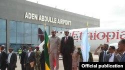 Rais wa Somalia Mohamed Abdulllahi Farmajo akiwa na Waziri Mkuu wa Ethiopia Abiy Ahmed