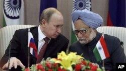 24일 인도 뉴델리에서 기자회견 중인 블라디르 푸틴 러시아 대통령(왼족))과 만모한 싱 인도 청ㄹ;.