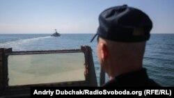 Ракетний катер ВМС ЗСУ «Прилуки» під час чергового маневру