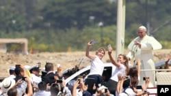 Paus Fransiskus melewati kerumunan orang di Taman Samanes, tempat ia melakukan misa di Guayaquil, Ekuador, Senin, 6 Juli 2015.