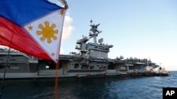 Kapal induk AS Theodore Roosevelt (CVN-71), berlabuh di Teluk Manila, di sebelah barat Manila, Filipina, Jumat, 13 April 2018. (Foto: dok).