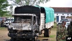7月6日肯尼亚警察在袭击现场一辆被烧毁的汽车旁