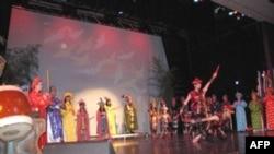 """Buổi trình diễn """"Phong Châu mở hội"""" tại Trung tâm Văn hóa Cộng đồng Richard Ernst, Virginia, chiều Chủ Nhật 22/5/2011"""