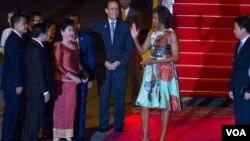 Đệ nhất Phu nhân Hoa Kỳ Michelle Obama được phu nhân của Thủ tướng Hun Sen, Bun Ranny ra đón tại sân bay quốc tế Siem Reap