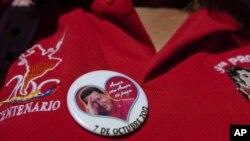 Una mujer lleva un pin con la foto del presidente Hugo Chávez, quien se recupera satisfactoriamente en La Habana, según informó su yerno y ministro de Ciencia, Jorge Arreaza.
