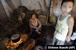 Theo báo cáo của Tổ chức Y tế Thế giới, khoảng 2 ngàn 800 triệu gia đình sử dụng những nguồn nhiên liệu bẩn, như than, củi và dầu hôi để nấu nướng và sưởi ấm.
