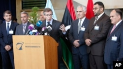 L'émissaire onusien pour la Libye, Bernardino Leon (centre), s'addresse à la presse. Il est entouré de membres du paarlement libyen à Rabat, au Maroc, 18 sept. 2015..