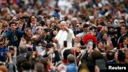 El Papa Francisco, el primer pontífice latinoamericano, ofició la misa de Pascua en la plaza de San Pedro -el momento litúrgico más importante de la tradición cristiana, que evoca la resurrección de Cristo-, y luego saludó a la multitud.