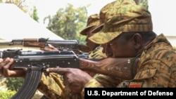 Des soldats burkinabés effectuent un exercice de rechargement tactique près de Po, au Burkina Faso, le 17 février 2019.