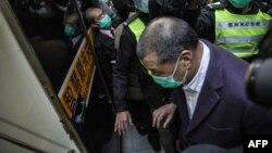 香港壹传媒创办人黎智英在终审法院外被押送进一辆监狱警车。(2020年12月31日)
