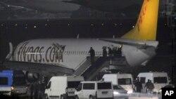 Hành khách trên chuyến bay của hãng hàng không tư nhân Pegasus của Thổ Nhĩ Kỳ xuống máy bay tại sân bay Sabiha Gokcen ở Istanbul, ngày 7 tháng 2, 2014