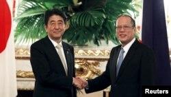 Thủ tướng Nhật Bản Shinzo Abe và Tổng thống Philippines Benigno Aquino trước cuộc hội đàm ở Tokyo, Nhật Bản, 4/6/15