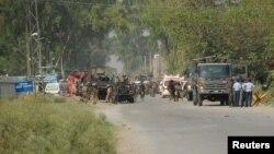 Tentara Pakistan berkumpul di dekat pangkalan udara di dekat Peshawar, Pakistan Baratlaut yang diserang oleh kelompok Taliban hari Jumat (18/9) pagi.