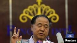 中国作家莫言10月12日在他的家乡山东高密举行的一个记者会上