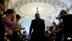 El líder de la mayoría del Senado, Harry Reid, habla con los reporteros, luego de la votación sobre la ayuda a Ucrania.