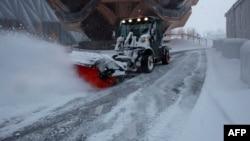 نیویارک میں سڑکوں سے برف ہٹائی جا رہی ہے۔