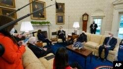 Tổng Thống Mỹ Joe Biden, Phó TT Kamala Harris và Bộ Trưởng Bộ Tài Chính Janet Yellen, gặp gỡ các lãnh đạo doanh thương tại Tòa Bạch Ốc ngày 9/2/2021.