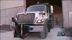 Як у Вашингтоні очищують дороги від наслідків хурделиць. Відео