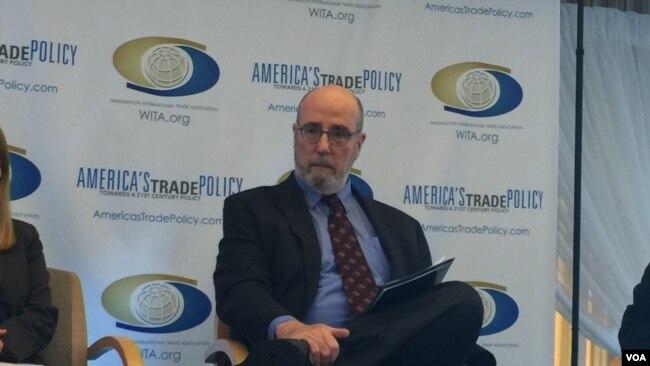 华盛顿经济政策研究所的高级经济学家斯科特博士在一个研讨会上(美国之音莉雅拍摄)