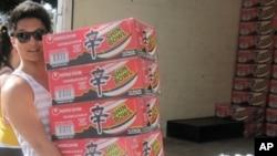 """Thạch Nguyễn, đồng sáng lập tổ chức """"Swipes for the Homeless"""" đang quyên góp thực phẩm giúp người nghèo"""