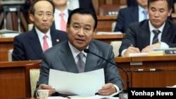 이완구 한국 국무총리 후보자가 10일 국회에서 열린 인사청문회에서 답변하고 있다.