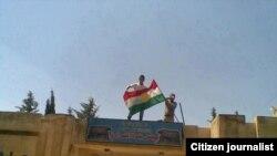 Bizavkarek li şûna ala hikûmetê Ala Kurdistanê bilind dike